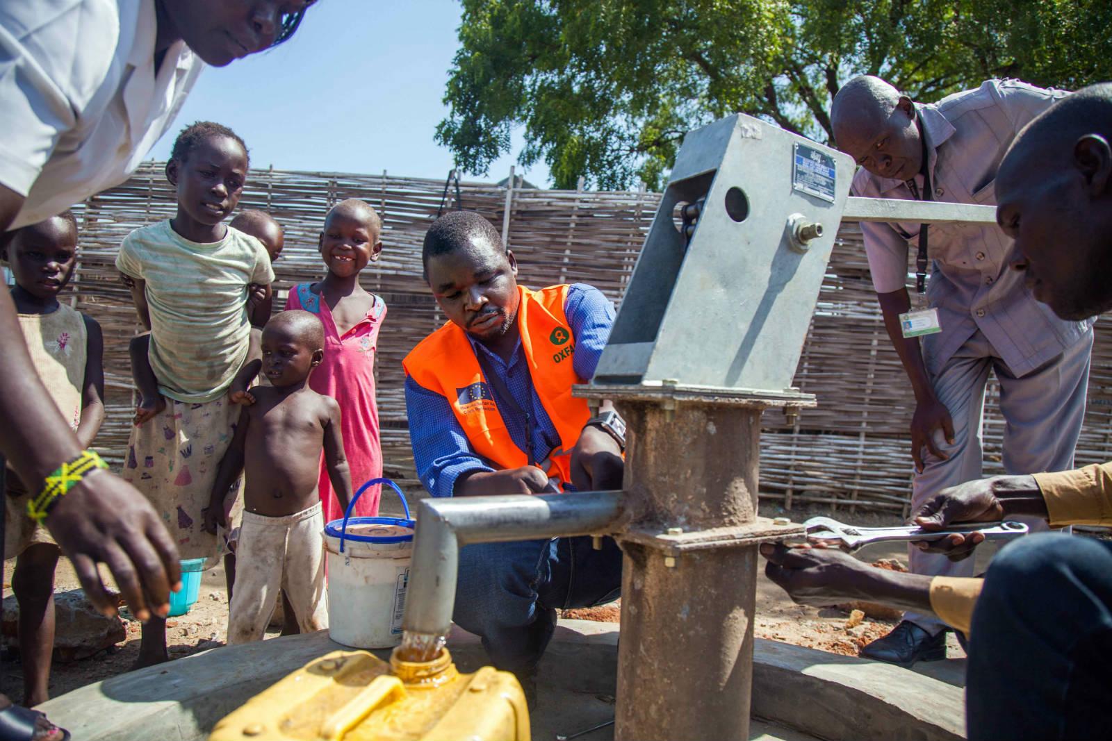 樂施會人員在全國多處修復水管,及進行食水衛生檢測,以確保水質安全。(Albert Gonzalez Farran /Oxfam)