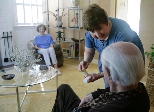 看護們的工時減少,確使身心更佳,但院方需增聘人手,成本亦隨之增加。圖片來源:路透社