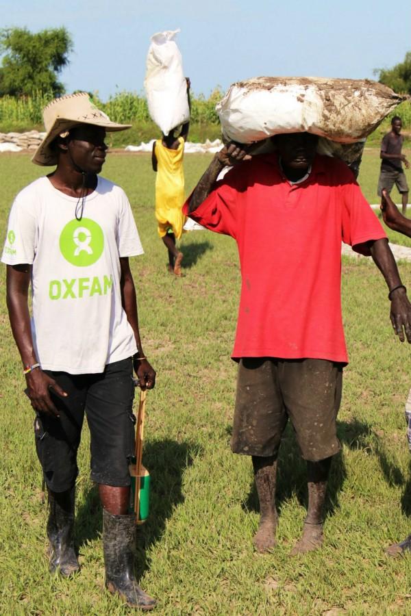 樂施會在南蘇丹及鄰近地區開展工作 30 年,從來沒見過如此嚴峻的處境。圖為樂施會救援人員在南蘇丹協調世界糧食計劃署空投的糧食。(Nick Lacey/Oxfam)