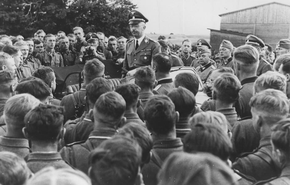 親衛隊領導希姆萊(Heinrich Himmler) 向武裝親衛隊士兵致詞,1942 年。 圖片來源:美國猶太大屠殺紀念博物館