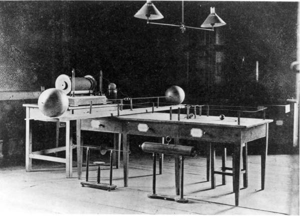 赫茲所用的實驗儀器。 圖片來源:Engineering and Technology History Wiki