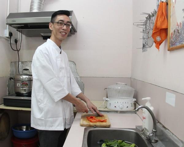 告別露宿生活後,阿骨經培訓投身餐飲業,現已成為一級廚師。
