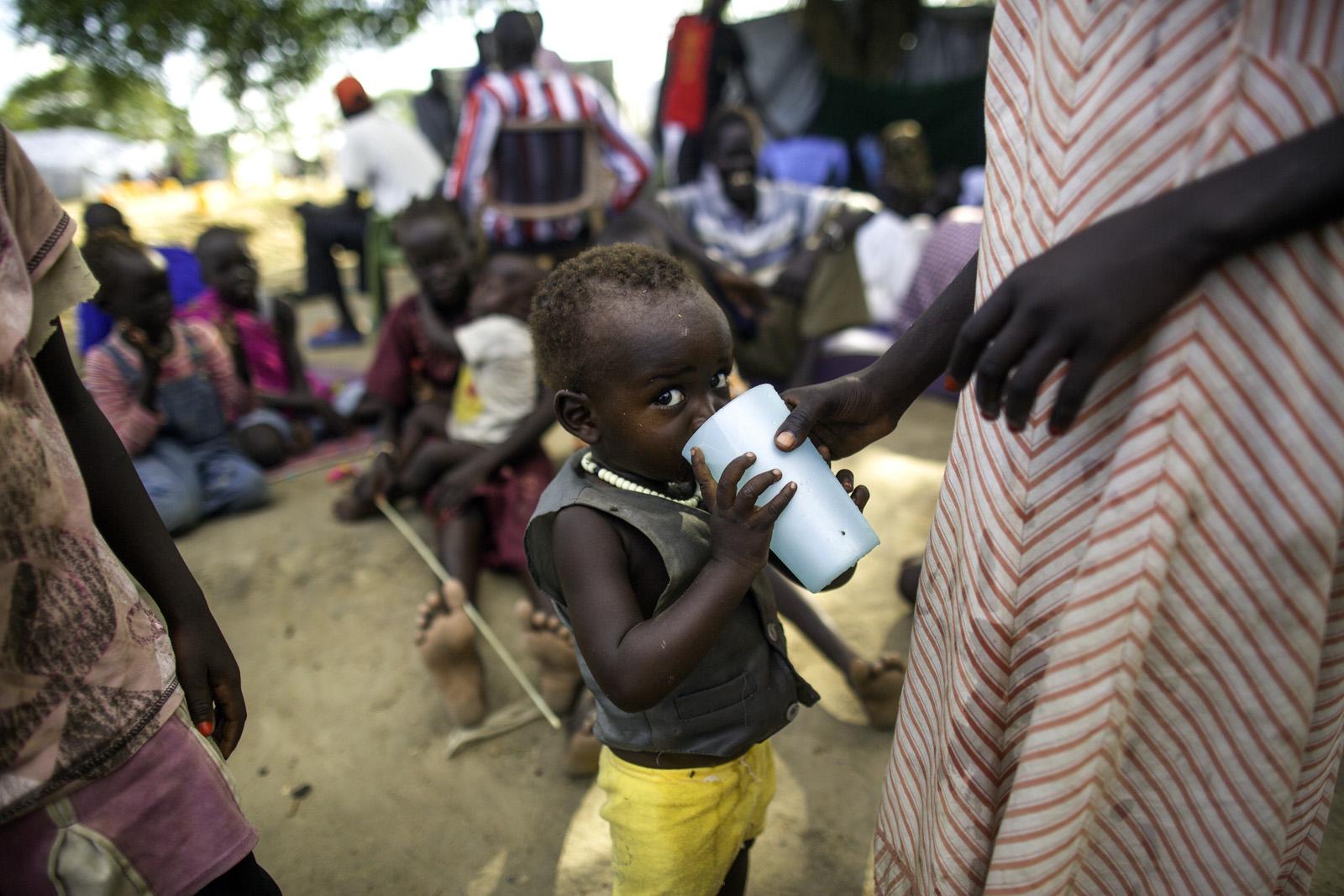 為了逃避戰火,逾百萬南蘇丹人被迫離開家園,棲身於國內外多個營地。除了面對營養不良的問題,衛生環境亦很惡劣。樂施會除了為災民提供糧食及潔淨食水之外,亦興建供水系統及廁所,以防當地爆發疫情,釀成更大的災難。(Kieran Doherty/Oxfam)