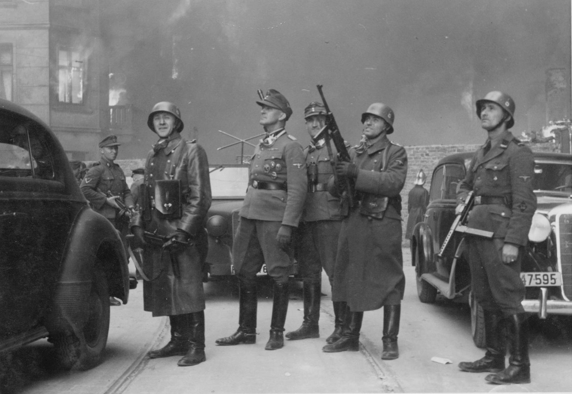趾高氣揚的親衛隊。照片取自 1943 年 5 月親衛隊提交給希姆萊的報告。 圖片來源:wikimedia