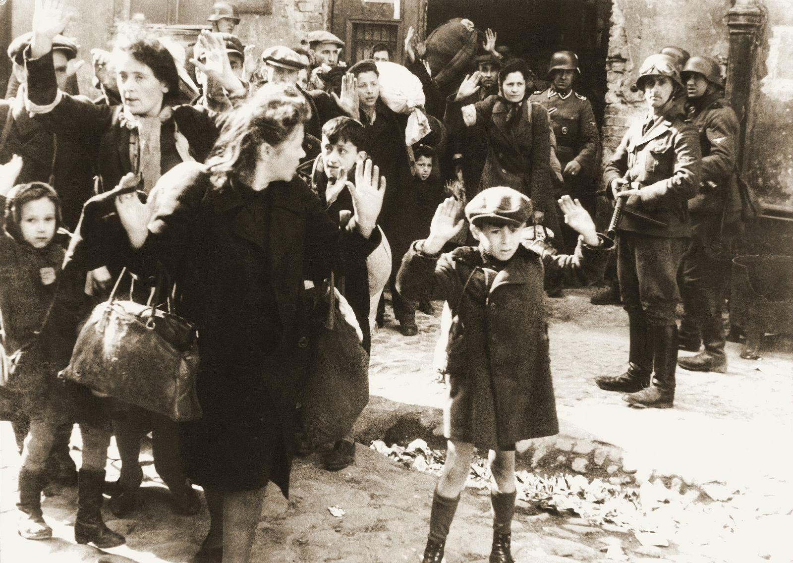 1943 年「華沙猶太區起義」,是年 4 月華沙區猶太人群起反抗,結果卻加速引來殺戮。照片取自 1943 年 5 月親衛隊提交給希姆萊的報告。 圖片來源:wikimedia