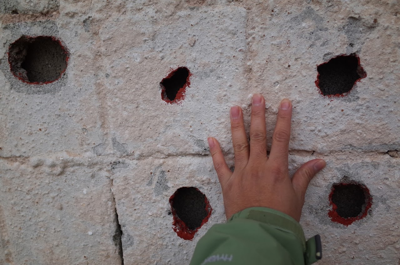1990 年代初的內戰,子彈和炮彈打在房子外牆,居民都提心吊膽。