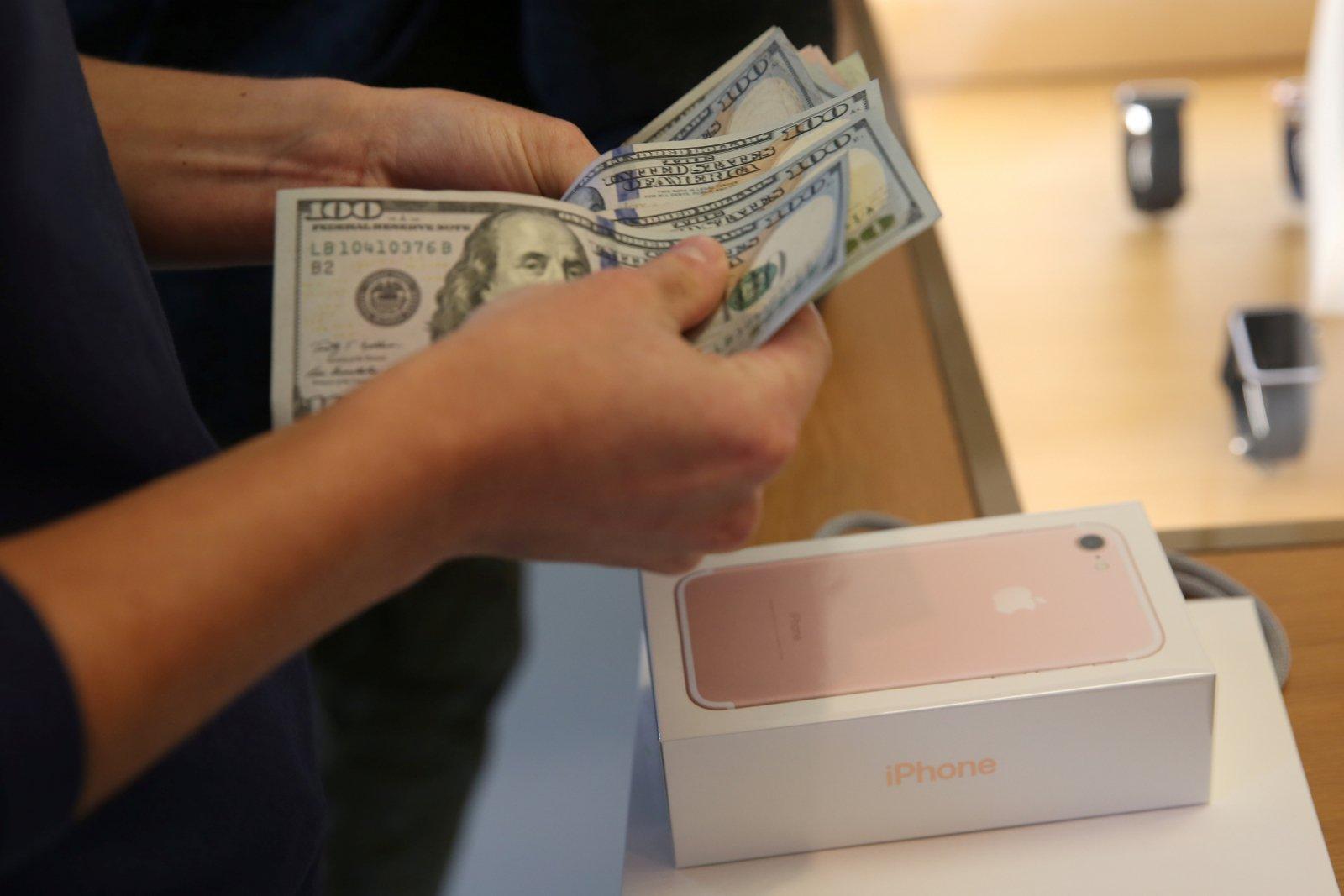 仗賴「果迷」的進貢,蘋果的現金儲備再創新高,真正的富可敵國。圖片來源:路透社