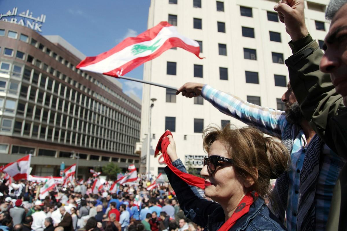 近日黎巴嫩首都爆發民眾示威,抗議政府加稅補貼公務員薪酬升幅。 圖片來源:路透社