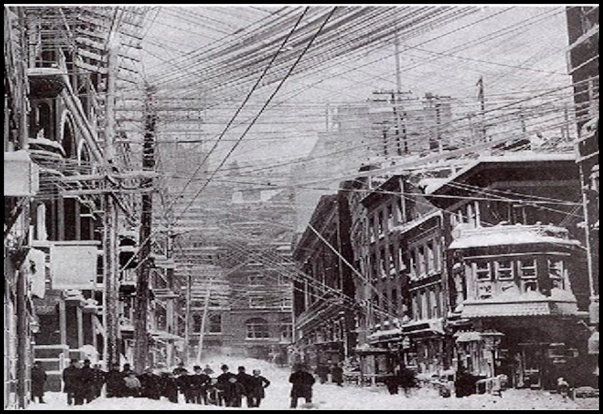 1888 年,紐約街頭縱橫交錯的電線。 圖片來源:維基百科