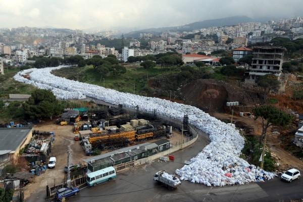 去年黎巴嫩宣佈摒棄向俄羅斯輸出垃圾的計劃,垃圾危機繼續為患首都貝魯特。 圖片來源:路透社