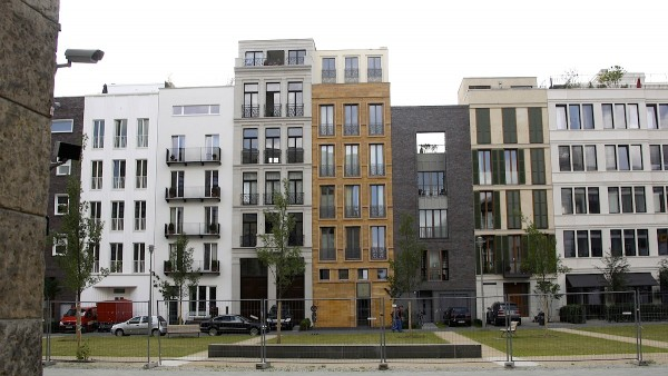部份業主藉貴租嚇退窮住戶,再將舊樓改建為新型高級公寓。圖片來源:路透社