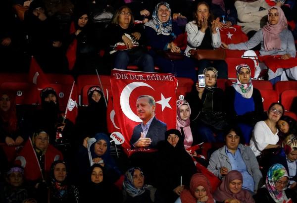 不少土耳其感激埃爾多安帶來經濟增長,但對於修憲帶來的集權,則有所懷疑卻步。圖片來源:路透社