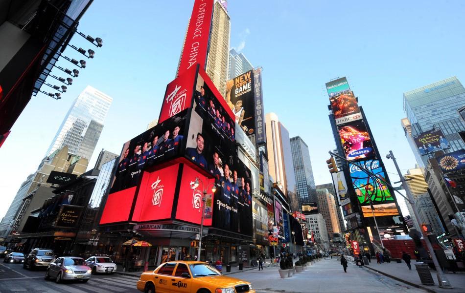 2011 年中國政府在美國紐約廣場買下廣告時段,播放中國國家形象片,每日播放共 300 次,為期近一月。 圖片來源:新華社