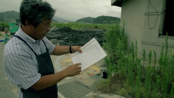 當有海外人士到訪,佐藤會帶他們到書中提及的地方,親身朗讀敍述該處災情的段落。圖片來源:vimeo/Tohoku Tomo