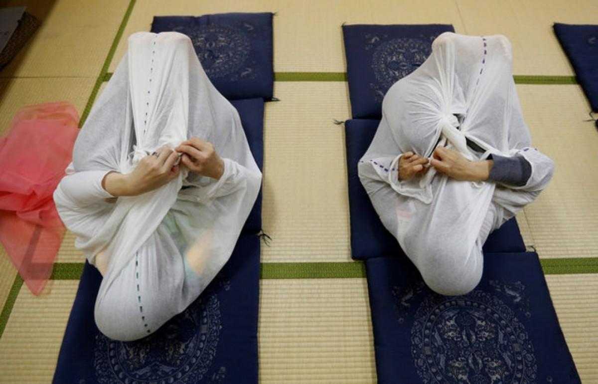日本時興的「成人包裹療法」,每次 20 分鐘,可排解壓力兼緩解肌肉酸痛。 圖片來源:路透社