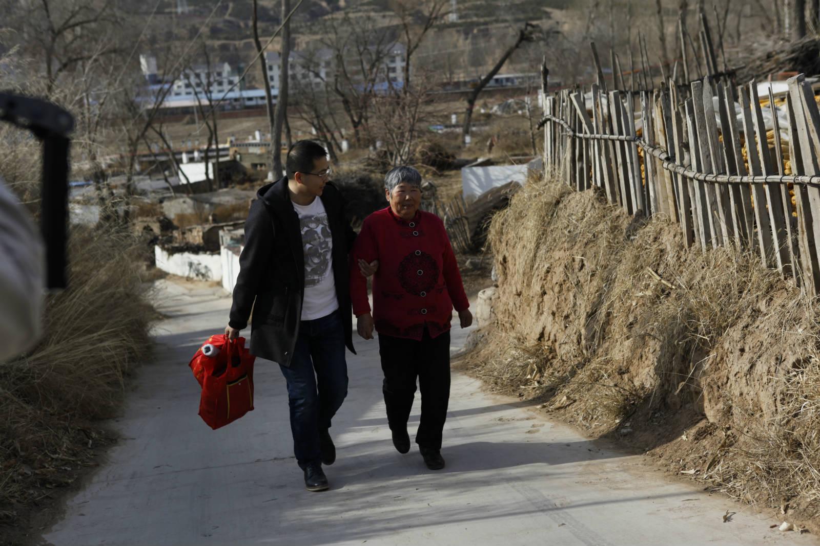 程路寧醫生每天往返花上 4-5 小時來往呼和浩特巿和小縣城,為的是尋找每個需要治理眼疾的獨居老人。