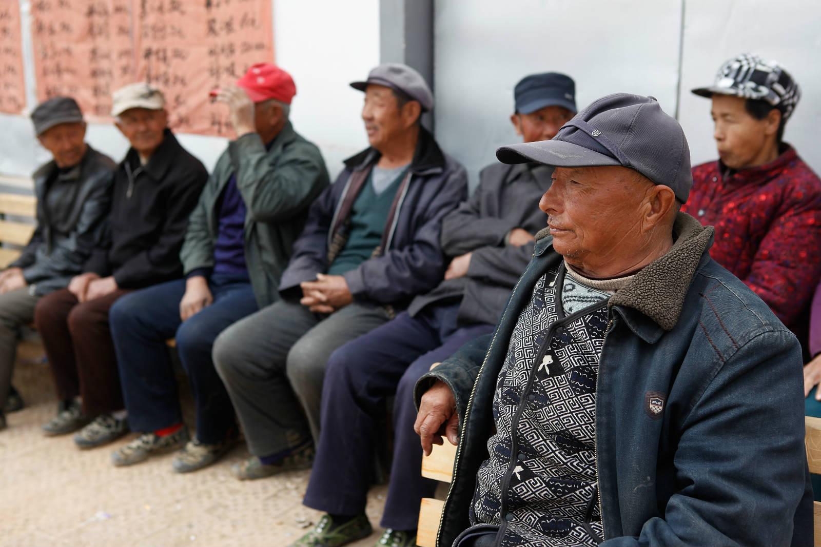 內蒙古五良太鄉的老人們,定時定候在小診所門外等候遠道而來的醫療團隊。