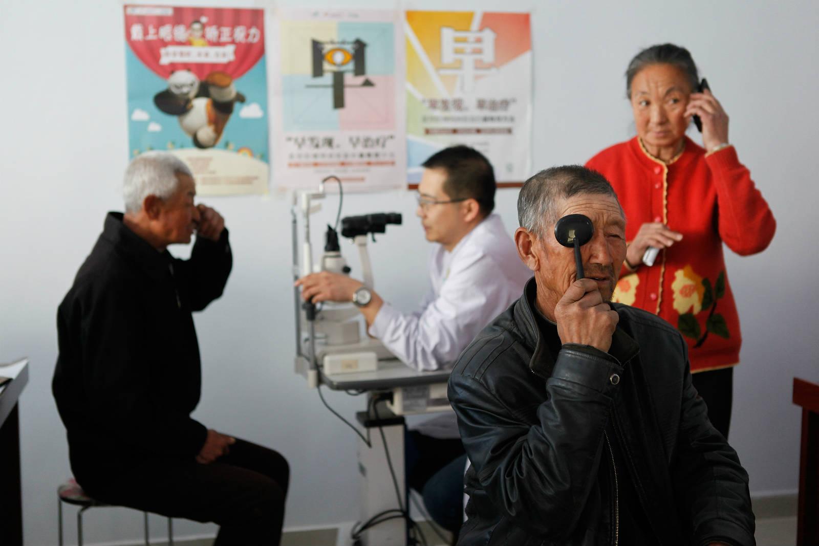 醫療團隊每次到達五良太鄉,都會為 30、40 個居民、主要是長者進行眼科檢查。