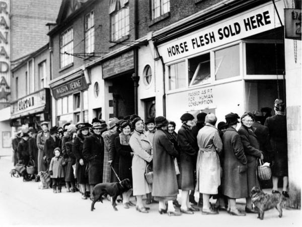 二戰期間(1942 年),英國的女士們為肉食排長龍,重點是仍能對著鏡頭笑容滿面。(圖片來源:historicaltimes.tumblr.com)