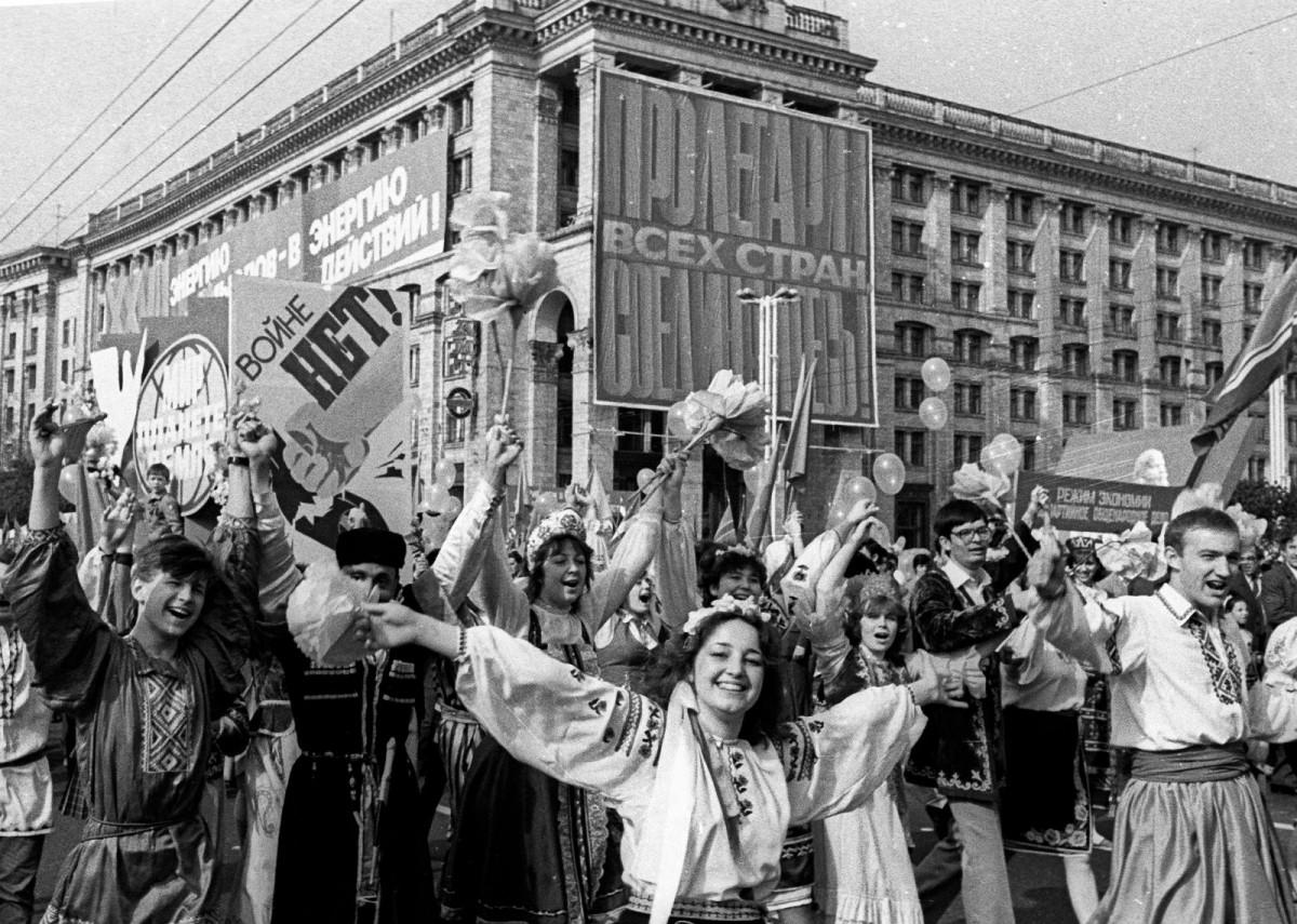 1986 年 5 月 1 日,在第 4 號反應堆爆炸後數日,蘇聯依舊讓基輔民眾慶祝勞動節,街上籠罩着看不見的幅射。