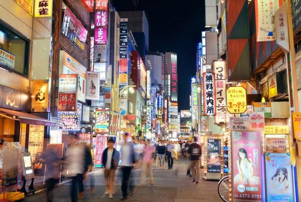 在新宿歌舞伎町,行人川流不息,但入內光顧的客人,近年賣少見少。