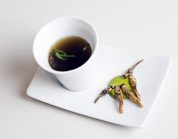 蟋蟀肉湯配烤蝗蟲 - 經過多次實驗,研究人員才找到煲蟋蟀湯材料的黃金比例,他們形容這道湯清甜怡人,而且隱約帶點蝦味。至於烤蝗蟲,則配以野生大蒜葉做成的醬料。 圖片來源:Nordic Food Lab