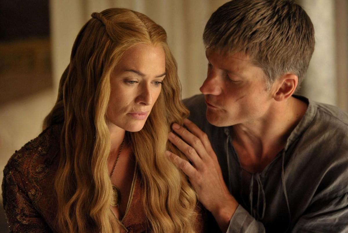 美劇「權力遊戲」中,角色 Cersei Lannister 遭親兄弟Ser Jaime Lannister 強姦的「亂倫」情節,尺度之大曾惹來批評。 「權力遊戲」劇照