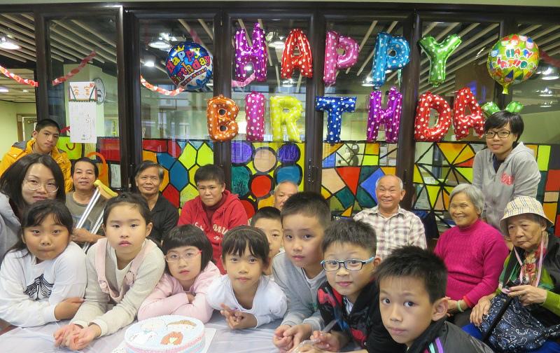救世軍喜樂家庭綜合服務中心定期為獨居和殘疾長者舉辦生日派對,由「小當家」親自準備愛心食物。