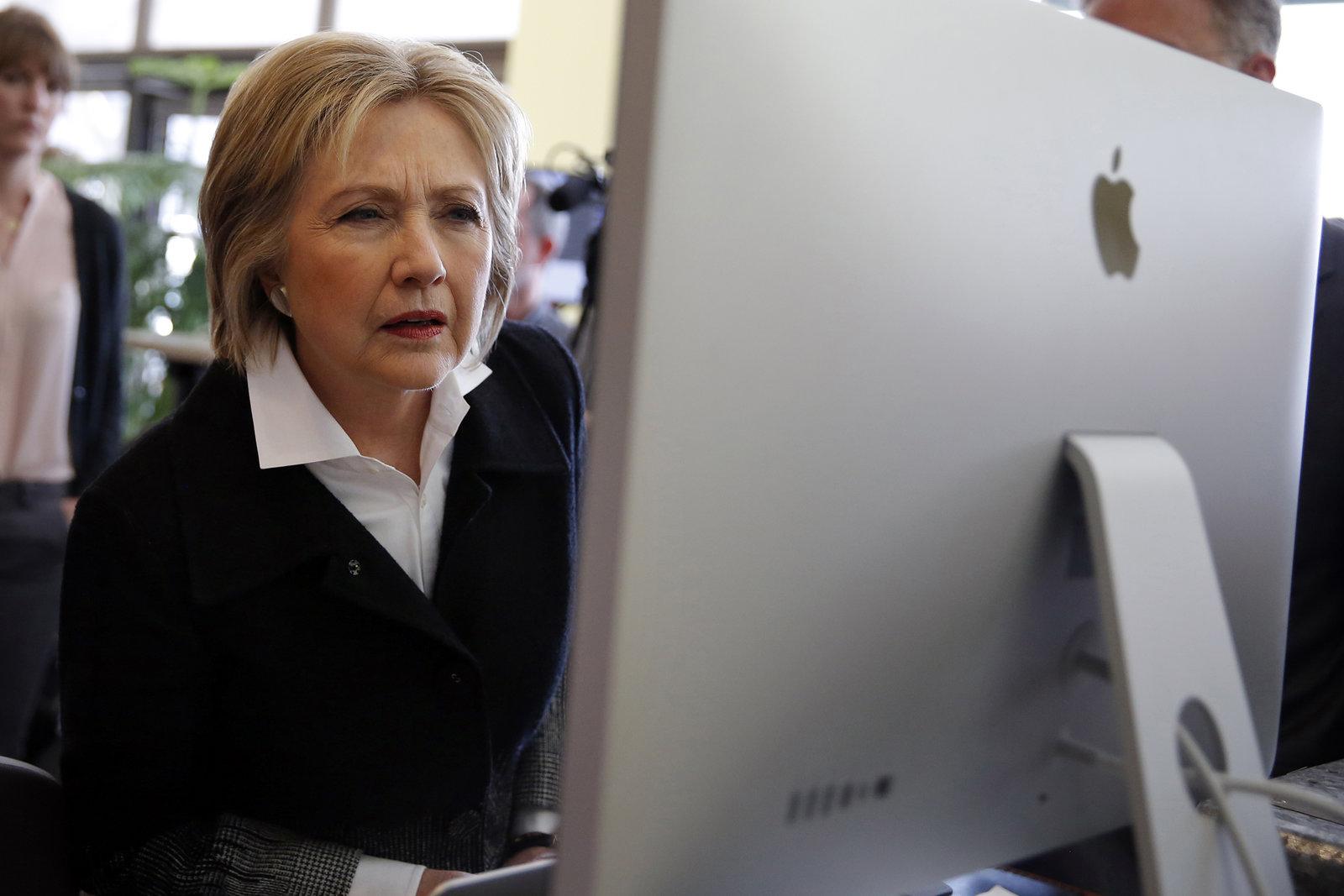 有評論質疑,希拉莉仍未明白自己輸在哪兒,她才是那位該問「發生甚麼事」的人。圖片來源:路透社